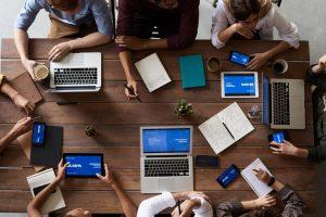 Gruppearbejde med mange effektive mennesker