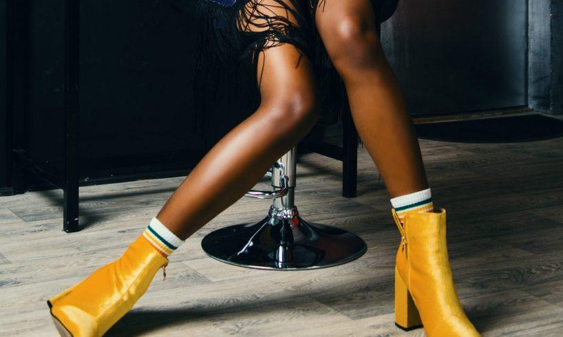 Kvinde har gule støvler på