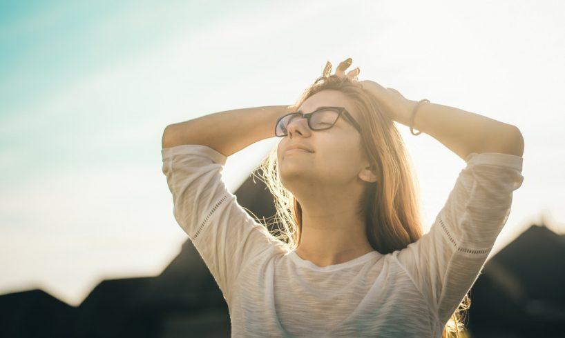 Kvinde strækker sig i solen