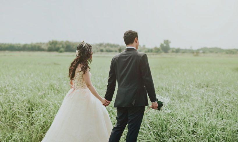 Mand og kvinde holder i hånd nygifte