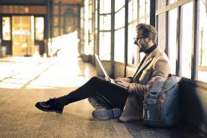 Mand venter i lufthavnen i godt humør